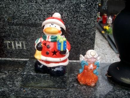 Še nekaj novoletnih, božičnih figuric je na grobovih ...